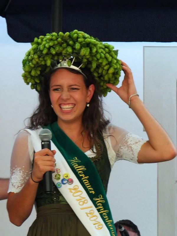 Hopfen Königin (Hops Queen) tries on the crown