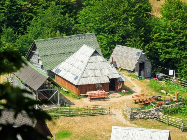 cafe building at Katun Goles