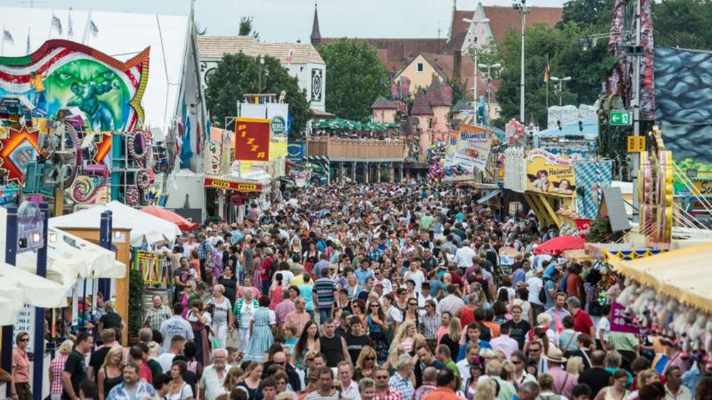 Gäubodenvolksfest crowd - image by merkur.de