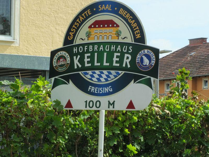approaching Hofbrauhaus Keller